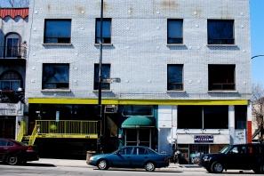 """Façade d'immeuble en """"haut"""" de la rue Mont-Royal."""